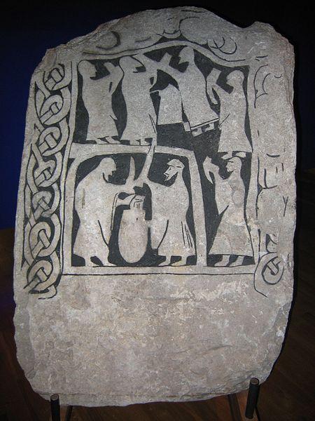 Una escena de libación en una piedra decorada de Gotland en el Museo Nacional de Antigüedades Sueco en Estocolmo.