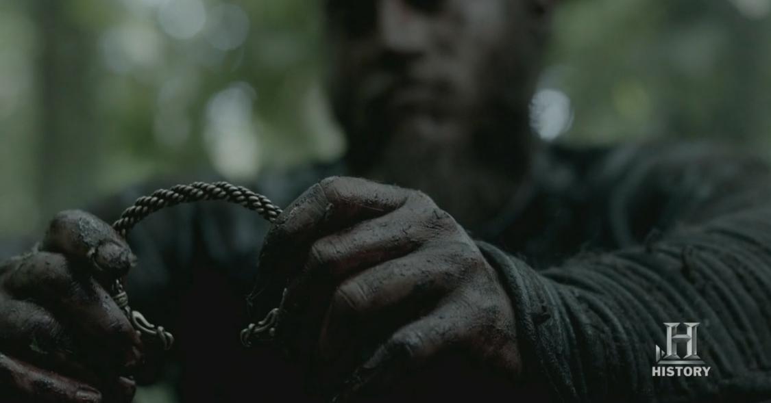 Ragnar con el brazalete que le da a Athelstan.