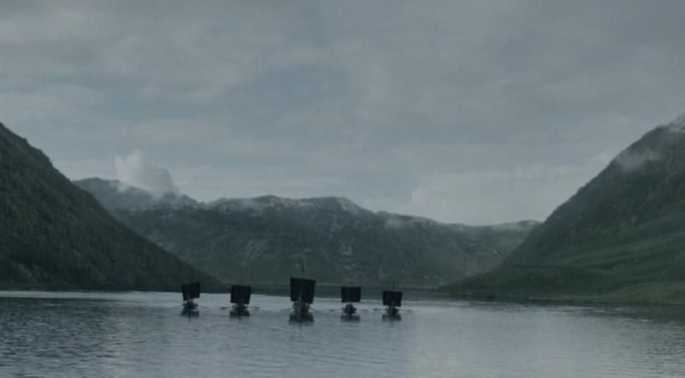 Detalle de los barcos con las velas negras.