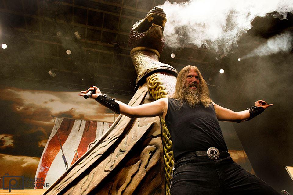 Johan Hegg, cantante de Amon Amarth, en uno de sus conciertos.