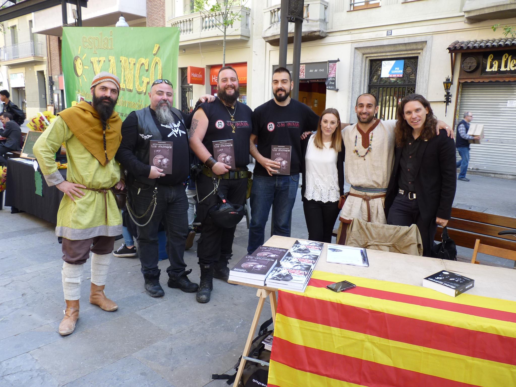 Con parte del Clan Hávamál y Salva Rubio, otro escritor vikingo con quien compartí la primera firma. ¡Un placer conocerle!